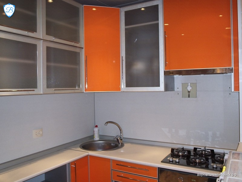 Оранжевый фасад кухни